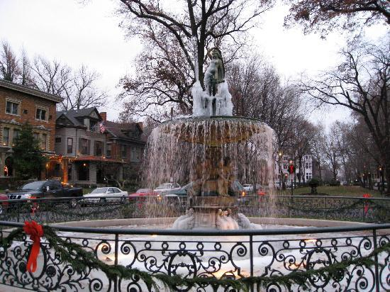 Old Louisville: Fountain in St. James Court