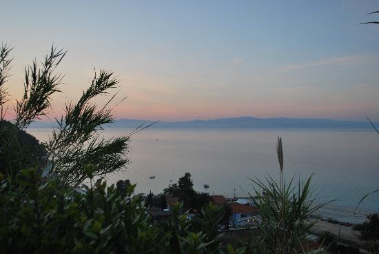 Achtis Hotel: Afitos beach from village