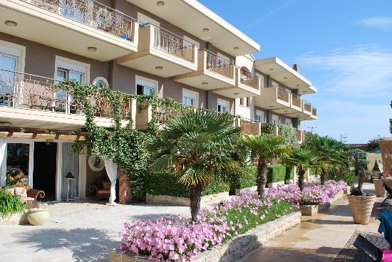 Achtis Hotel: Around the pool