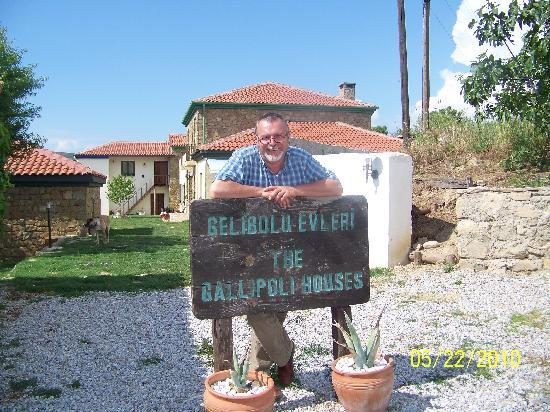 Eceabat, Turquie : Mine Host Eric Goosen at the entrance