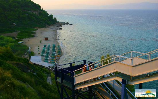 Aristoteles Beach Hotel: Bridge and lift to the beach