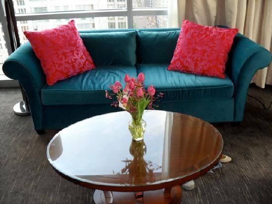 theWit - A DoubleTree by Hilton: Comfy couch with great view