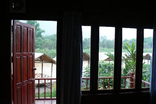 Sayong Guest House and Riverhill Bungalows: The river view