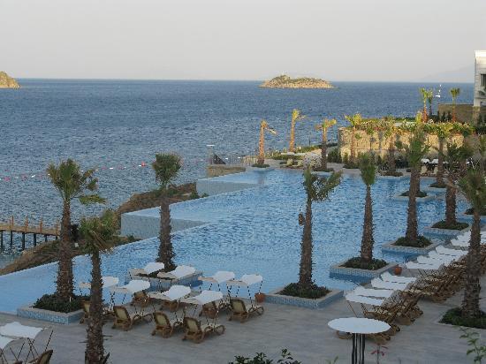 Xanadu Island Hotel: Zicht op een van de zwembaden