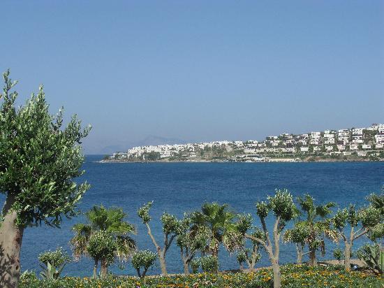 Xanadu Island Hotel: Zicht op zee en de heuvels