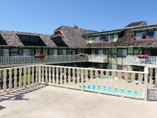 Svendsgaard's Lodge - Americas Best Value Inn: View of the pool and courtyard from the sundeck