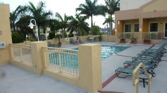 Hampton Inn & Suites by Hilton - Miami Airport / Blue Lagoon: Poolbereich (mit Whirlpool!)
