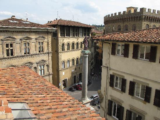 Via de' Tornabuoni : 建物から通りの広場を見る