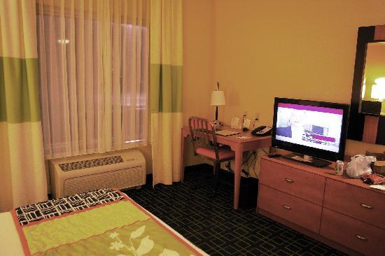 Fairfield Inn & Suites Carlisle: TV & Desk