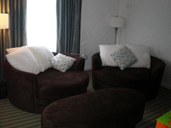 Sandman Hotel & Suites Kelowna: Sandman Kelowna Tower - Living Room Suite