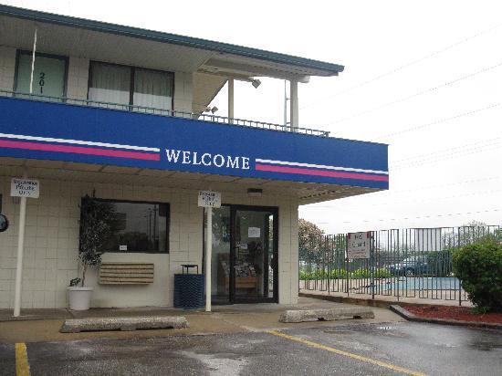 Quad City Inn: Front entrance