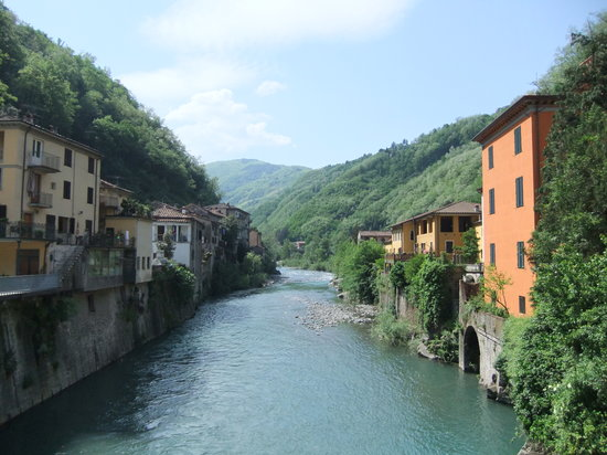 Баньи-ди-Лукка, Италия: Along the Lima at Bagni di Lucca