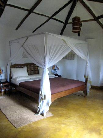 Kigongoni Lodge: Large bed and room