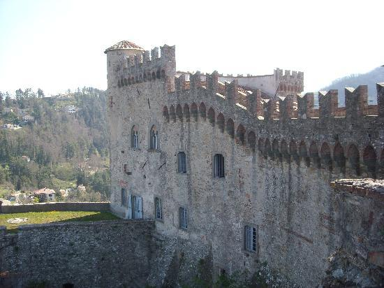 Castello Malaspina di Fosdinovo: View of castle, as we walked on the top of it