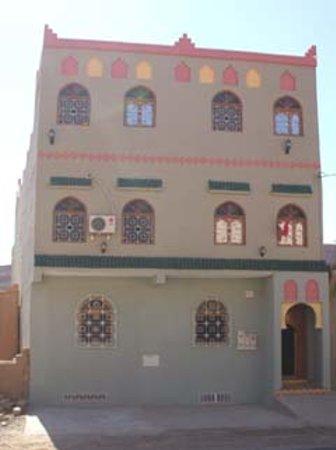 Aoufous, Morocco: Gîte d´Etape Vallée de Ziz Hotel von der Strasse