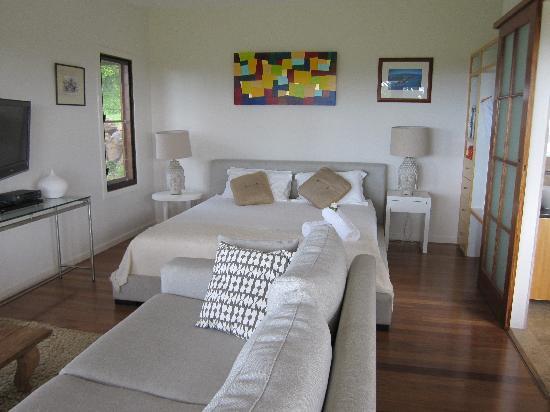 La Vista Byron Bay: Bed/Living Room
