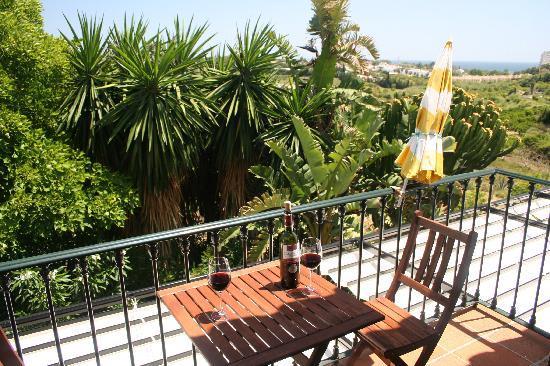 B&B Casa Sol y Luna: Genieten van het uitzicht met een glaasje wijn...
