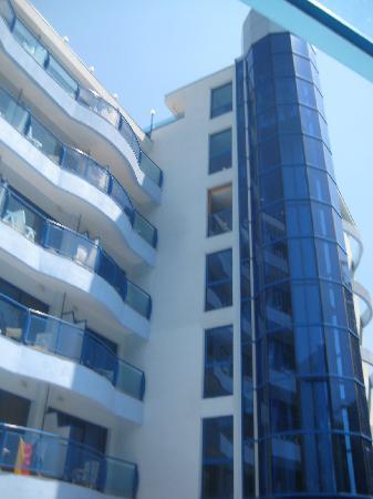 Aphrodite Hotel: Hotelgebäude mit Fahrstuhl