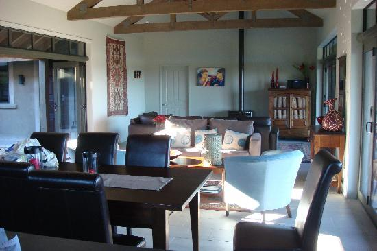 Poets Corner Lodge: Lounge, dining area & kitchen