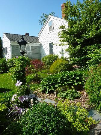 Brewster By The Sea Inn: Side Yard
