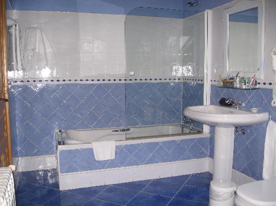 Cuarto de ba o fotograf a de valle de arco hotel - Adornos para cuartos de bano ...