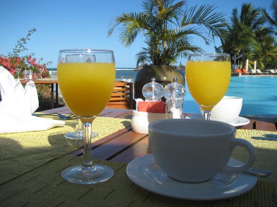 Sands Suites Resort & Spa: Petit déjeuner au bord de la piscine