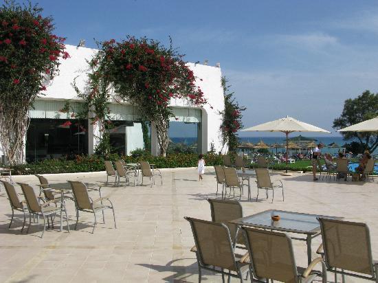 โรงแรมเลอซูลตาน: Place entre hôtel et piscine