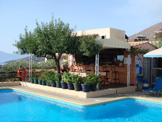 Elounda Heights Apartments and Studios: La piscine et le bar