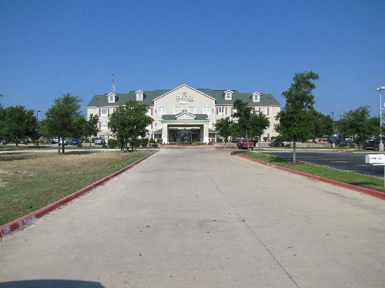 Country Inn & Suites By Carlson, Round Rock: Down a long driveway so hwy noise not a problem