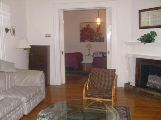 Georgian Inn: Lounge & small bedroom