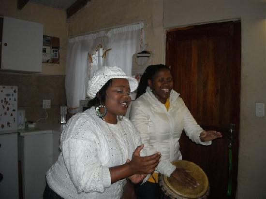 Knysna, South Africa: singing and drumming with Ella