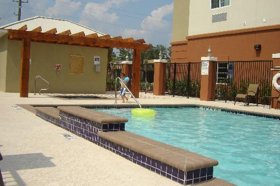 Candlewood Suites Kingwood: The outdoor pool
