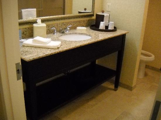 Hampton Inn Ellsworth / Bar Harbor: The vanity