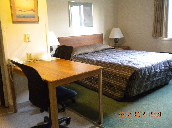 Extended Stay America - Indianapolis - Northwest - College Park: bed and desk