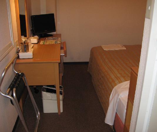 Grace Inn Nagoya : 入り口から客室を見たところ