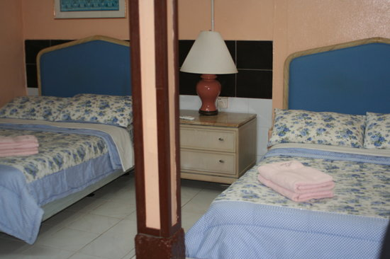 Ali's Ferringhi Guest House: Quad room with private bathroom, 2 queen size beds, RM160 per night