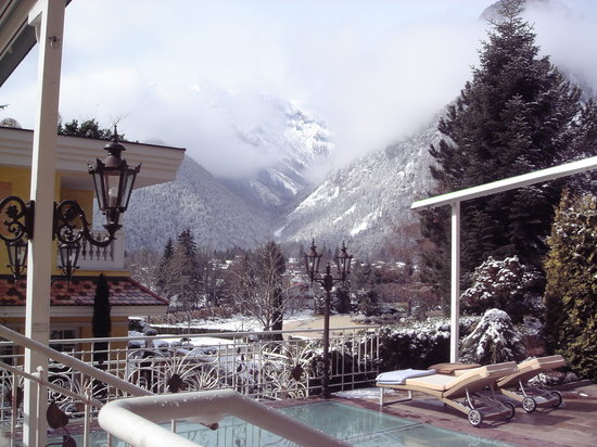 Wellnessresidenz Alpenrose: Blick von der Terrasse in den Garten