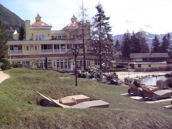 Wellnessresidenz Alpenrose: Der Garten und Blick zum Hotel