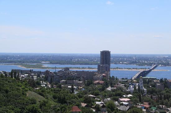 Saratov, Russia: Blick auf die Volga Brücke