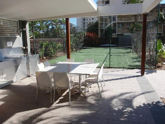 Boulevard Towers: Tennis BBQ area