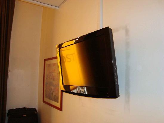 Hotel des Remparts: je suppose que le cadre à gauche  a été déplacé pour y mettre la télé, notez le contour noir...