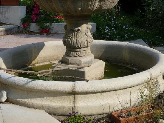 Maison de l'Arc: FONTAINE SANS EAU PLEINDE BOUT DE BOIS
