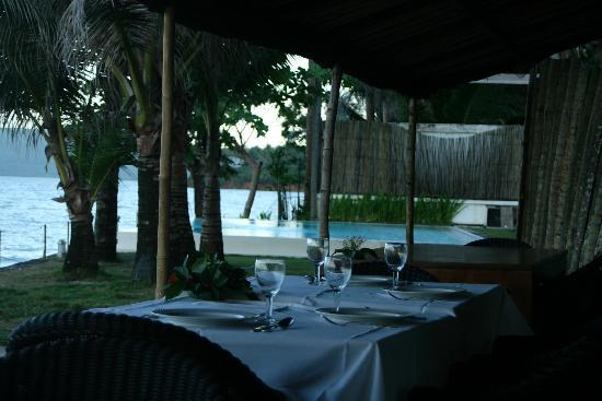 Sirangan Beach Resort: outdoor dining