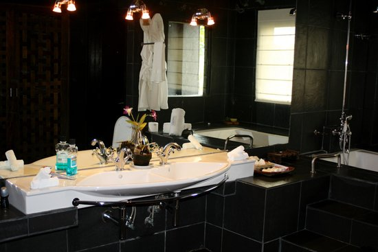 Sirangan Beach Resort: love the bathroom!