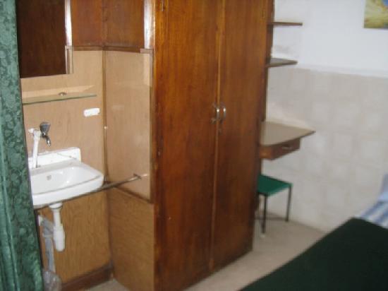 Ecce Homo Convent: dorm with sink