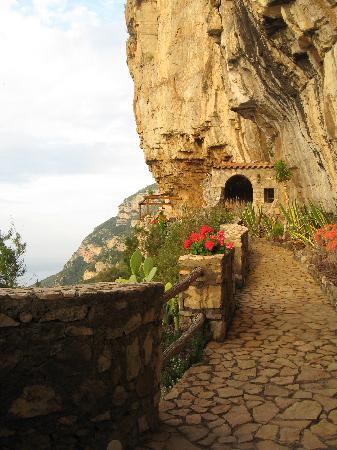 La Grotta dei Fichi: Path to del Pensatore