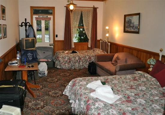 Settlers Cottage Motel: We had two beds, a single and a queen in our single.