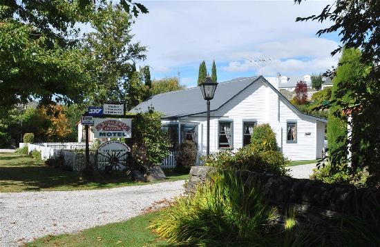 Settlers Cottage Motel: The motel is nicely landscaped and in a pretty setting.