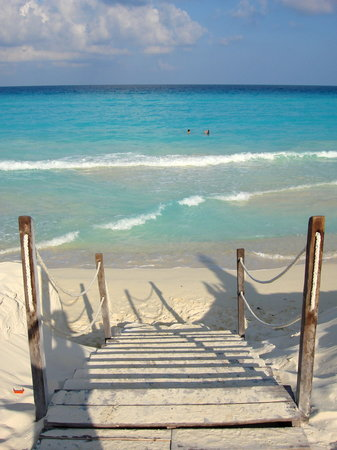 Ritz-Carlton Cancun: Stairs the Ritz built to access the water