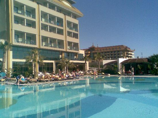 Aydinbey King's Palace Spa & Resort: Pool und Zimmer mit Meerblick (nur wenige)